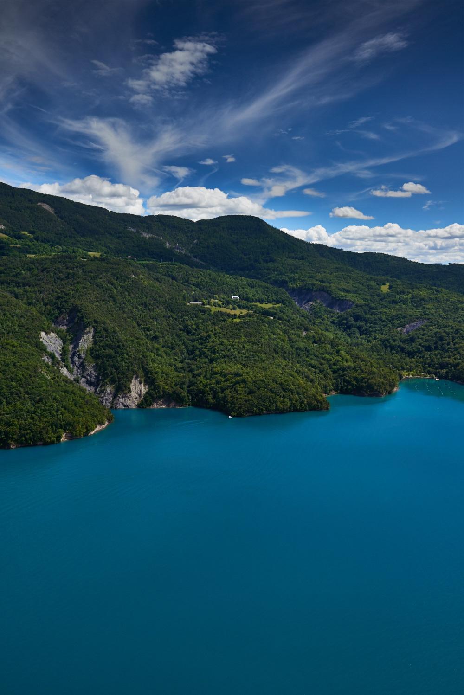 Le Lac de Serre-Ponçon dans le département des Hautes-Alpes
