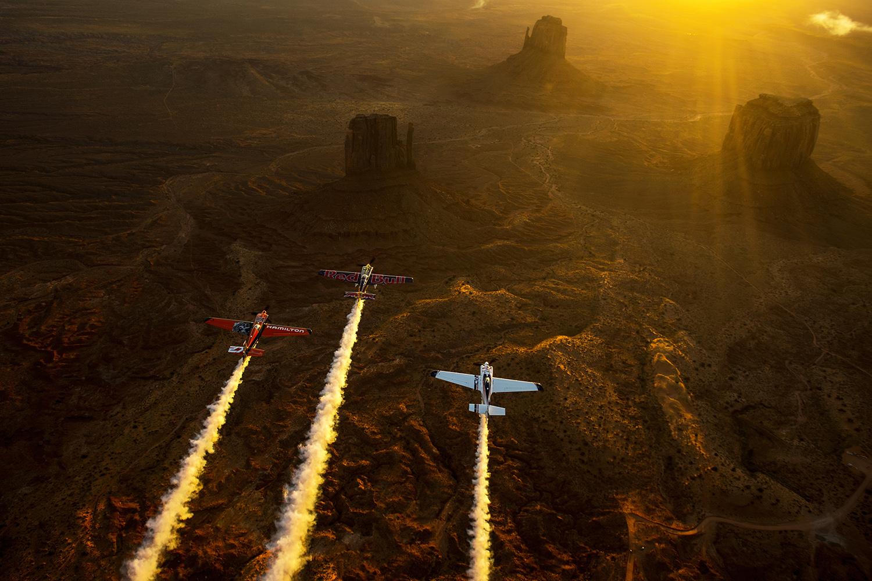 Les pilotes Kirby Chambliss, Nicolas Ivanoff et Matthias Dolderer survolent une des régions les plus illustres et majestueuses de l'Ouest américain : Monument Valley. © Joerg Mitter